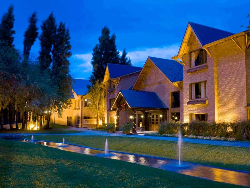 Un hotel en el bosque rodeado de estepa